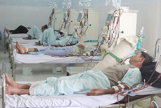 Theo Thông tư 37, thời gian tới người bệnh sẽ được tiếp cận nhiều dịch vụ mới với giá đồng hạng các bệnh viện trên toàn quốc.  TRONG ẢNH: Bệnh nhân điều trị tại Bệnh viện Đa khoa Quảng Nam.