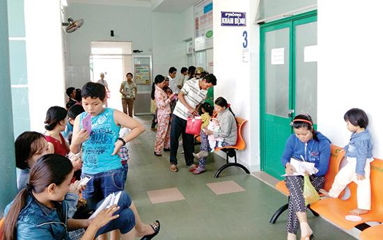 Trong đợt tăng viện phí này, người bệnh có BHYT được hưởng lợi ở nhiều dịch vụ y tế... TRONG ẢNH:  Khoa Khám bệnh ở Bệnh viện Nhi Quảng Nam. Ảnh: T.ĐOÀN