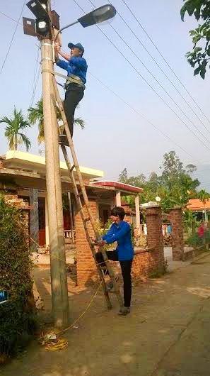 Bắt điện chiếu sáng tại thôn Đông Lâm. Ảnh: M.L