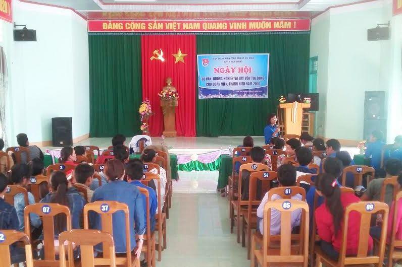 Tư vấn, hướng nghiệp cho thanh niên Nam Giang. Ảnh: L.H