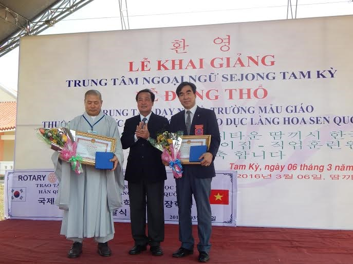 Representatives from Quang Nam province (middle), the SILV organization (right) and Rotary club.
