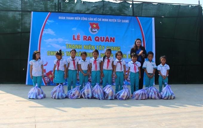 Tặng quà cho học sinh nghèo vượt khó tại buổi ra quân Tháng thanh niên. Ảnh: L.Đ
