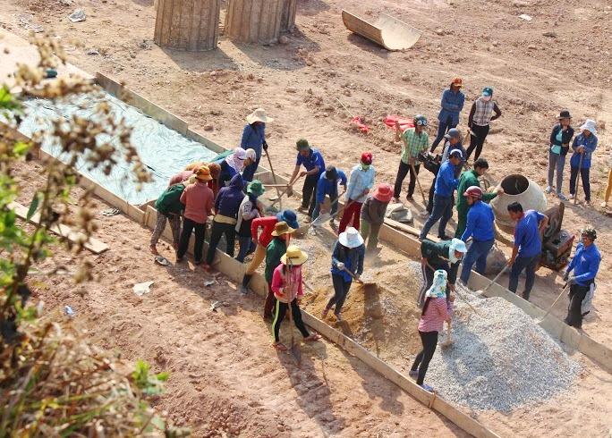 Những đoạn đường bê tông được hình thành tại thôn A Rớh, xã Lăng. Ảnh:L.Đ