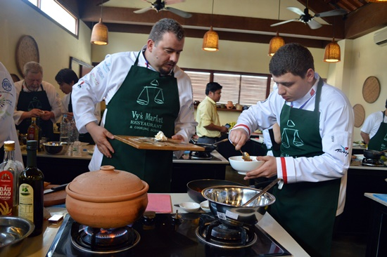 Mỗi đầu bếp sẽ chế biến một món ăn đặc trưng của dân tộc mình để giới thiệu làm quen đến các đầu bếp còn lại