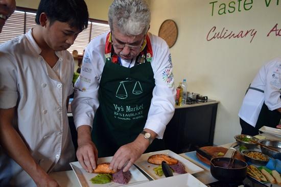Các đầu bếp trình diễn các món ăn của dân tộc mình chủ yếu là để giao lưu hiểu biết lẫn nhau giữa các nền ẩm thực