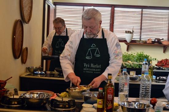 Các đầu bếp đều tập trung cao độ cho món ăn mình đang chế biến