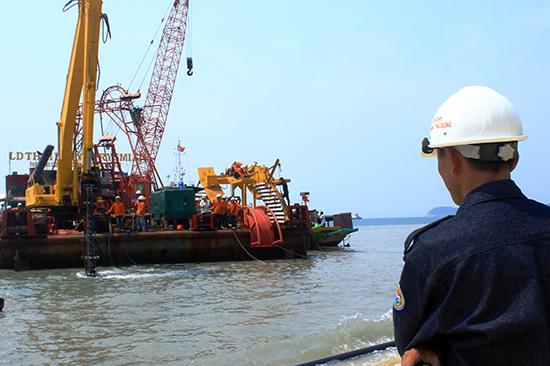 Sà lan thi công kéo cáp ngầm vượt biển ra đảo Cù Lao Chàm.