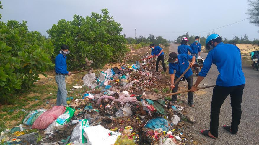 Đoàn viên thanh niên tham gia thu gom rác làm sạch môi trường.