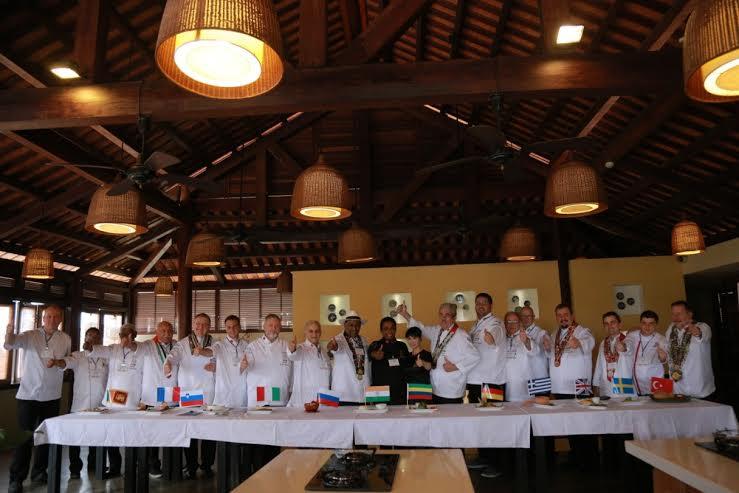 12 vị đầu bếp thưởng thức hương vị Việt tại nhà hàng Vy's Market.