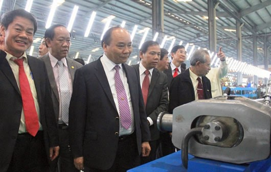 Deputy Prime Minister Phuc and the mission delegation visit the Chu Lai-Truong Hai complex.