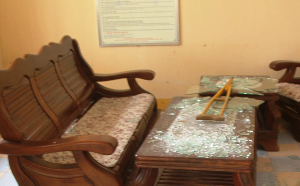 Kính trên bàn làm việc tại sảnh tòa bị ông Hiếu dùng mũ bảo hiểm đập vỡ nát. Ảnh : CTV