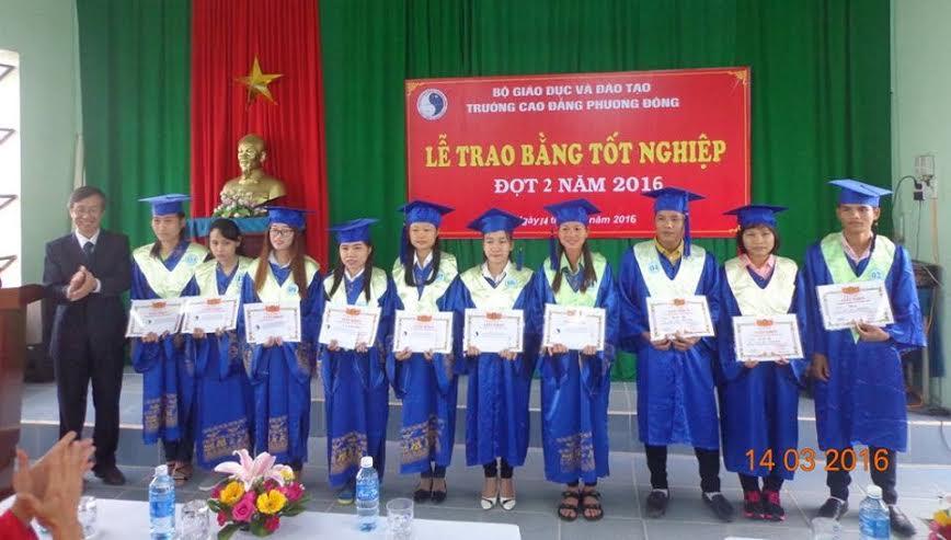 Trao bằng tốt nghiệp cho các cử nhân.