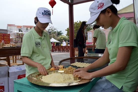 Trộn nguyên liệu để làm bánh đậu xanh