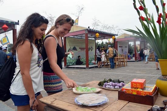 Du khách nước ngoài ngạc nhiên thích thú trước các loại bánh truyền thống của Hội An