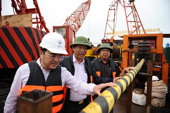 Đồng chí Đinh Văn Thu kiểm tra việc rải cáp biển tại đảo Cù Lao Chàm. Ảnh: MINH HẢI