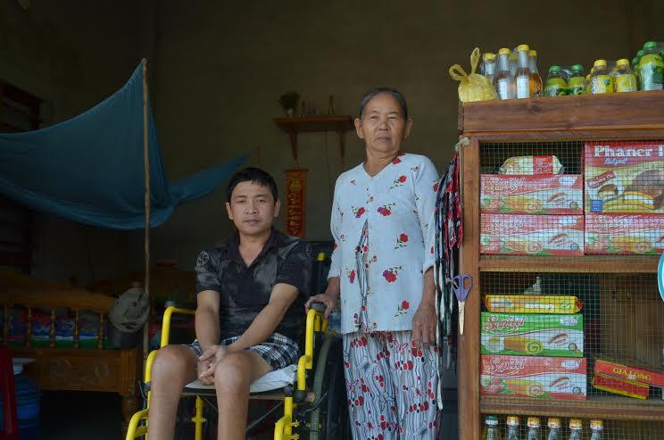 Cuộc sống của gia đình bà Thận nhờ vào cửa hàng tạp hóa nhỏ.