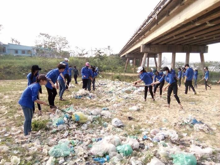 Dọn rác thải dưới chân cầu Câu Lâu. Ảnh: L.N