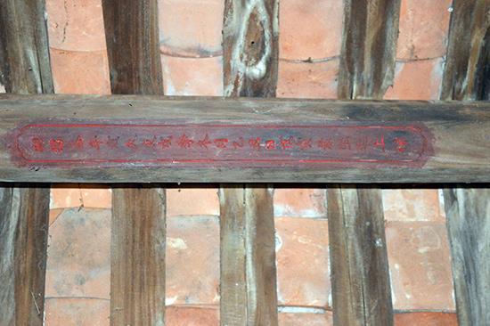 Dòng chữ Hán chứng minh thời điểm hoàn thành vẫn còn lưu lại trong ngôi đình.