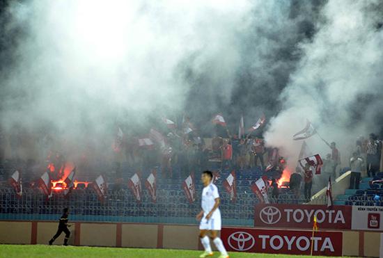 Pháo sáng trên sân Tam Kỳ trong trận đấu giữa QNK Quảng Nam gặp Hải Phòng. Ảnh: AN NHI