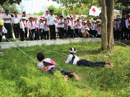 Tập huấn kỹ năng phòng chống thiên tai, thảm họa cho các em học sinh ở huyện Thăng Bình. Ảnh: N.D