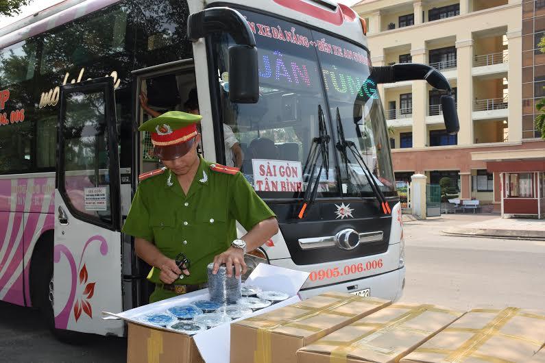 Kiểm tra xe khách Xuân Tùng mang BKS 43B-01623. Ảnh: X.M