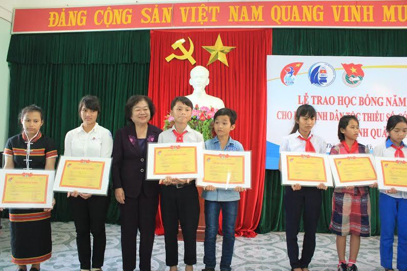 Nguyên Phó Chủ tịch nước Trương Mỹ Hoa trao tặng học bổng cho học sinh. Ảnh: HỒNG CƯỜNG