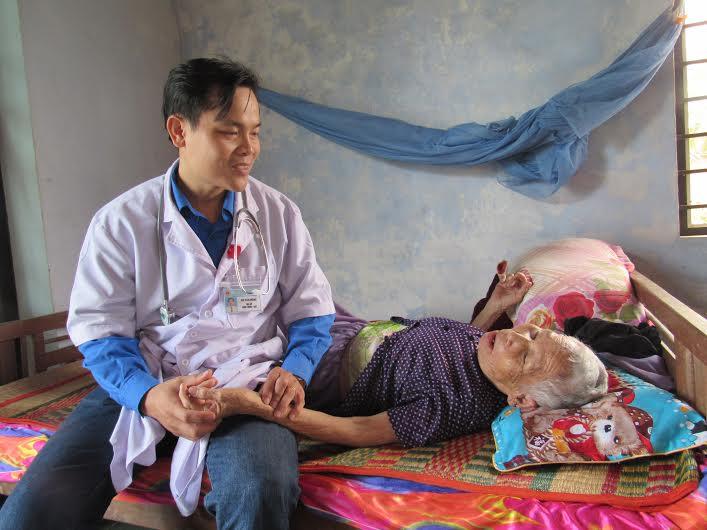 Khám bệnh cho mẹ Nguyễn Thị Nhung (thôn Kỳ Phú, xã Tam Phước, Phú Ninh). Ảnh: B.T.T.M