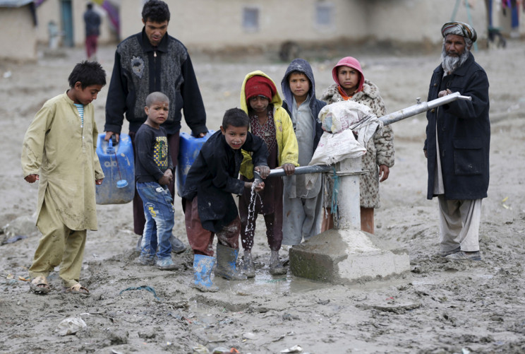 Children drink water from a public water pump on the outskirts of Kabul, Afghanistan, on March 4, 2016. #  Omar Sobhani / Reuters