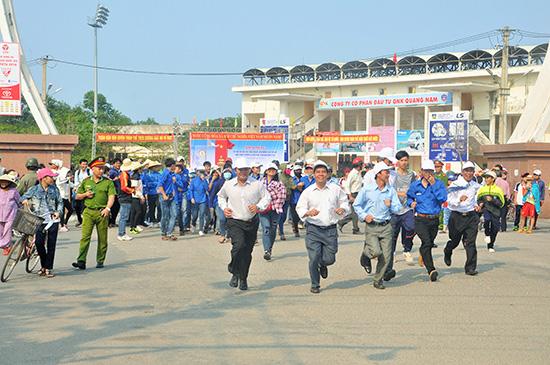 Đông đảo cán bộ, người dân và học sinh phường Hòa Hương tham gia Ngày chạy Olymlic