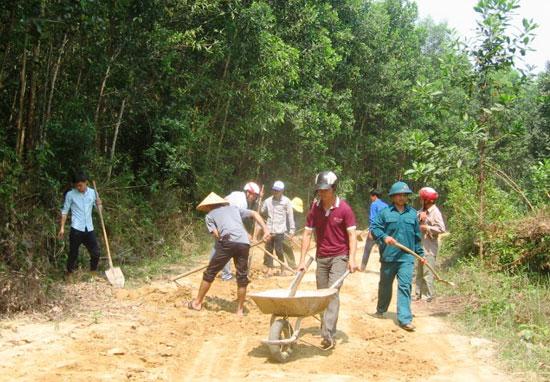 Đoàn viên, thanh niên huyện Tiên Phước giúp dân làm đường giao thông nông thôn. Ảnh: N.H