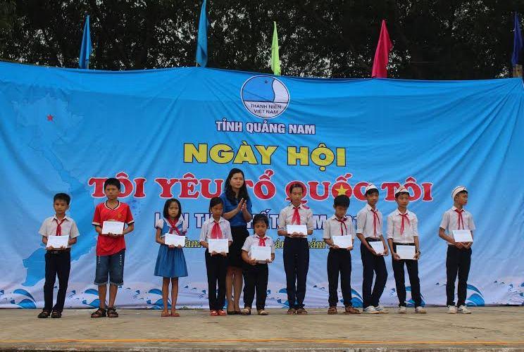 Tặng quà cho 10 học sinh nghèo học giỏi. Ảnh: THÀNH ĐẠT