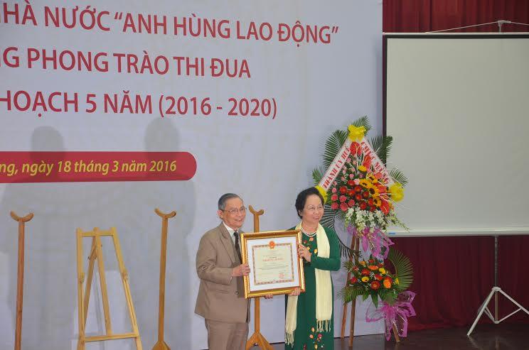Thừa ủy nhiệm của Chủ tịch nước, Phó Chủ tịch nước Nguyễn Thị Doan trao tặng danh hiệu Anh hùng Lao động cho NGƯT Lê Công Cơ.