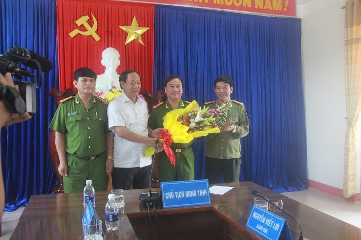 Chủ tịch UBND tỉnh Đinh Văn Thu tặng hoa chúc mừng PC47 và lãnh đạo Công an Quảng Nam sáng 21.3.