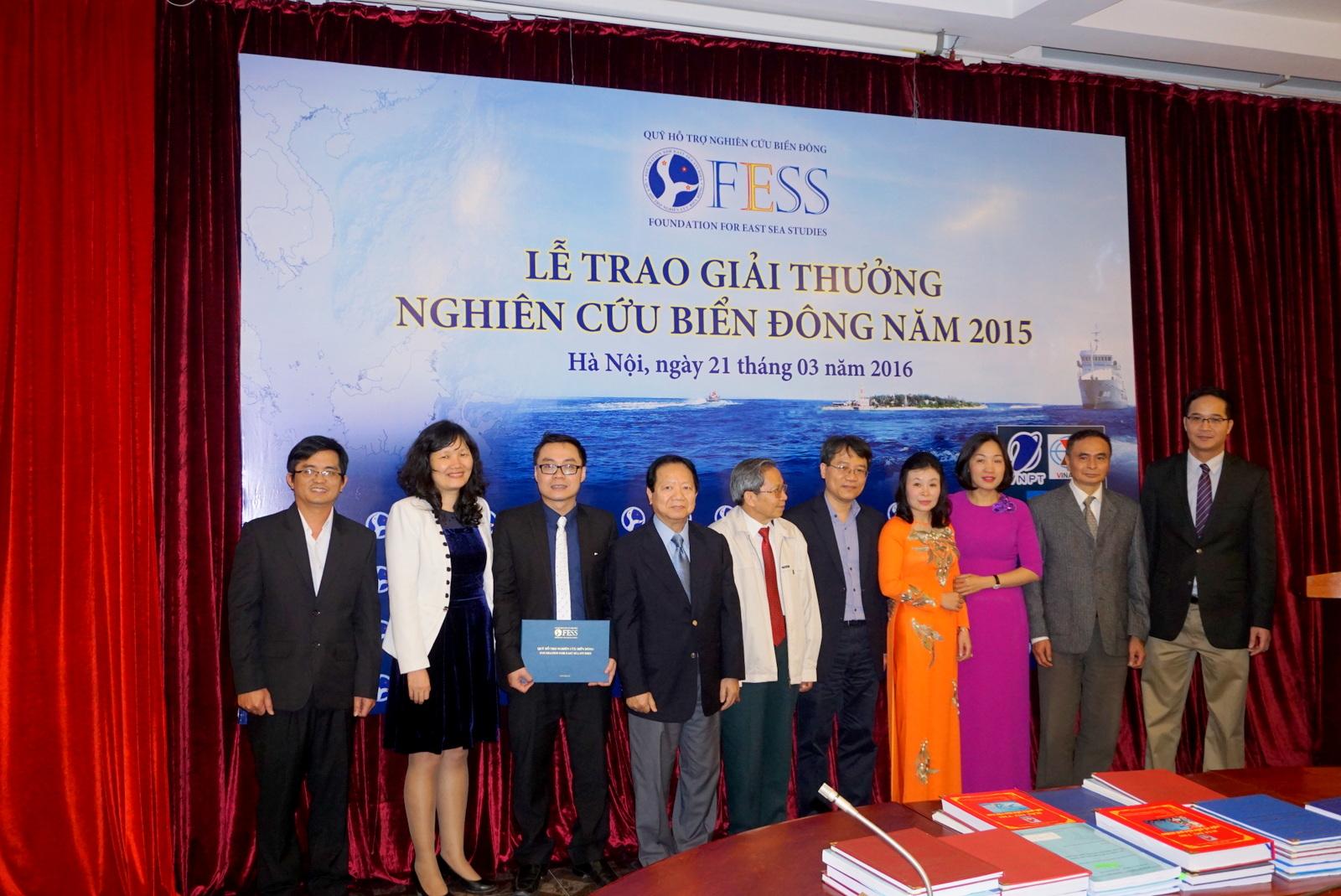 Tiến sĩ Lê Tiến Công (ngoài cùng bên trái) chụp ảnh lưu niệm tại lễ trao giải.