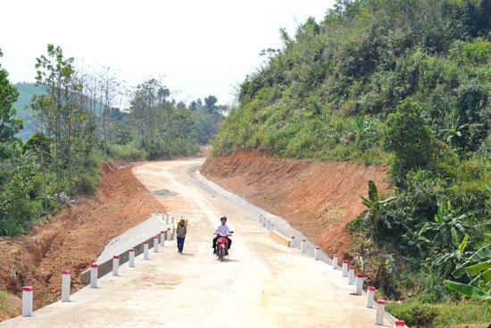 Tuyến giao thông ĐH15.ĐG, nối liền A Dinh 1 (thị trấn Prao) - Ka Đắp (xã Arooih) vừa được kiên cố hóa. Ảnh: C.T