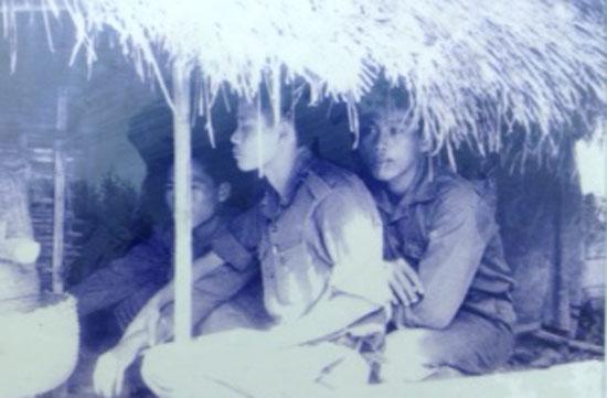 Thái Hữu Niệm, người ngồi giữa tại cơ sở cách mạng bà Hai Đồng ở  phường 3.