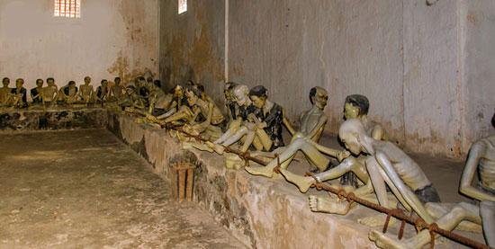 hình ảnh tái hiện người tù bị giam trong nhà tù Côn Đảo - nơi Phan Châu Trinh từng bị lưu đày.