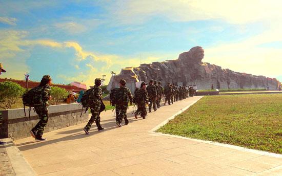 """Học viên """"Học kỳ quân đội"""" hành quân về """"địa chỉ đỏ"""" Tượng đài Mẹ Việt Nam anh hùng. Ảnh: THÀNH ĐẠT"""