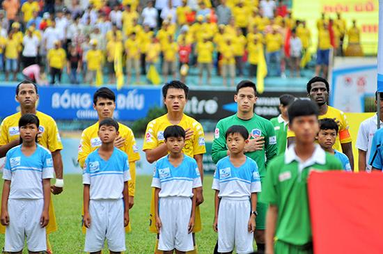 Văn Việt (thứ 3 từ trái sang) là một trong những cầu thủ xuất sắc được đào tạo và trưởng thành từ lò đào tạo bóng đá Quảng Nam.