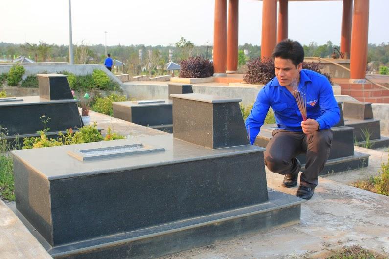 Viếng hương tại Nghĩa trang liệt sĩ tỉnh: H.C
