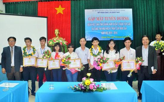 Lãnh đạo tỉnh và Sở GD-ĐT chụp ảnh lưu niệm với các em HS tham gia cuộc thi toàn quốc tại buổi gặp mặt, tuyên dương do Sở GD-ĐT tổ chức.