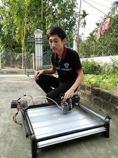 Đoàn Lê Công Khang với máy khắc laser tích hợp chức năng vẽ sử dụng công nghệ CNC.  Ảnh: D.Sương