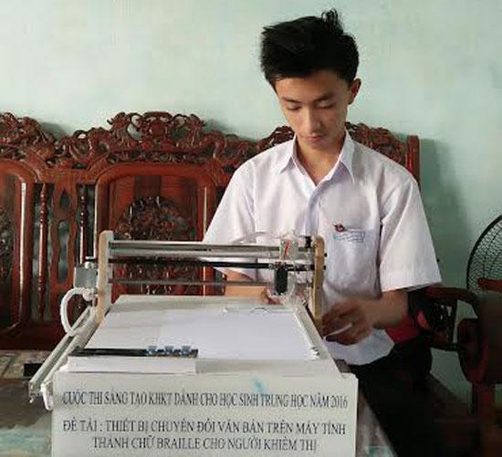 Võ Trung Thiên Tường với thiết bị chuyển đổi văn bản trên máy tính thành chữ Braile cho người khiếm thị.