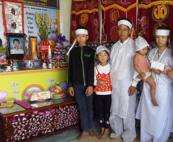 Gia đình anh Nguyễn Anh Văn chồng chất khó khăn khi vợ ra đi đột ngột. Ảnh: Đ.N
