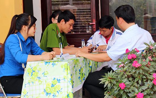 Đoàn viên - thanh niên tham gia hướng dẫn người dân làm thủ tục hành chính.  Ảnh: HÀO LINH
