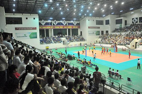 Nhà thi đấu TD-TT Quảng Nam chật kín khán giả tại giải Bóng chuyền trẻ toan quốc 2015. Ảnh: TƯỜNG VY