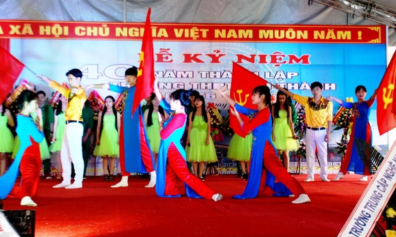 Lịch sử 40 năm xây dựng và phát triển của Trường THPT Núi Thành được sân khấu hóa bằng chương trình ca múa nhạc do học sinh biểu diễn. Ảnh: Đ.ĐẠO