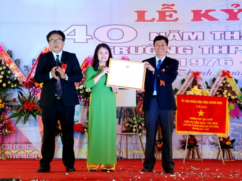 Trường THPT Núi Thành vinh dự đón nhận Bằng khen của Bộ GD-ĐT. Ảnh: Đ.ĐẠO