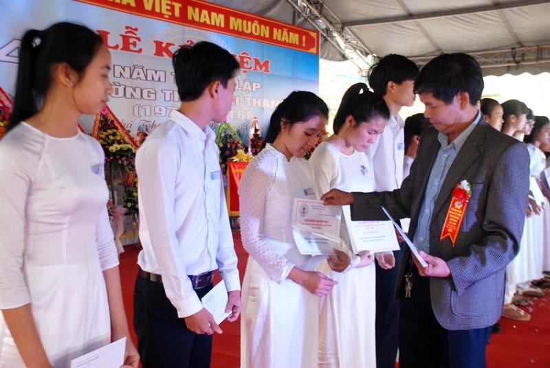 Các học sinh Trường THPT Núi Thành nhận học bổng do các cựu học sinh hỗ trợ. Ảnh: Đ.ĐẠO
