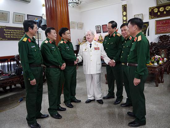 Bộ Tư lệnh Quân khu 5 thăm Tướng Nguyễn Chơn ngày ông còn tại thế. Ảnh: H.VÂN